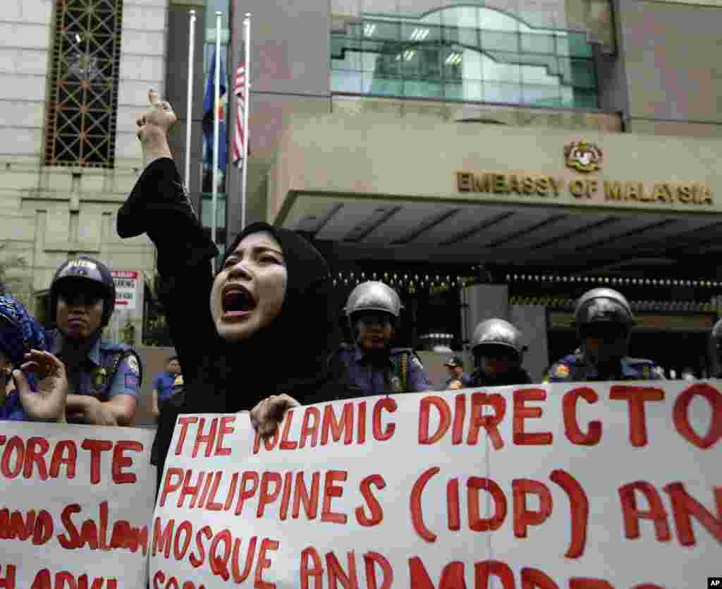 2013年3月5日,菲律宾穆斯林在马尼拉以东的马来西亚大使馆举行集会,抗议马来西亚在婆罗洲岛发动军事进攻。
