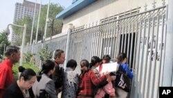 中国中央电视台接待站前排队递材料的访民(资料照片)