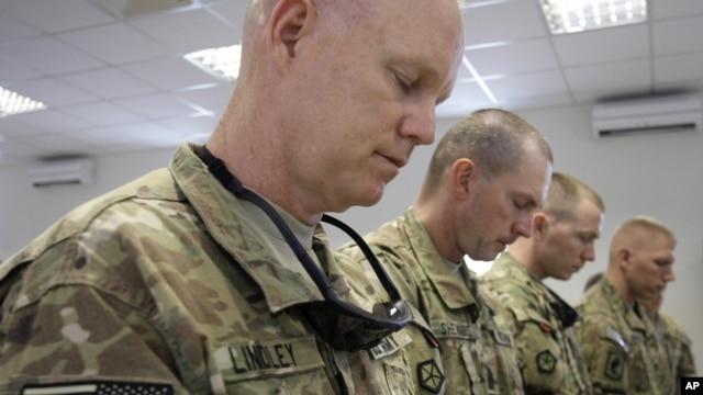 Binh sĩ, tại căn cứ của Hoa Kỳ ở Kabul, Afghanistan, dành 1 phút mặc niệm kỷ niệm các vụ tấn công khủng bố của al Qaida trên lãnh thổ Hoa Kỳ ngày 11 tháng 9 năm 2001