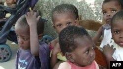 Trẻ trong một viện mồ côi ở Haiti
