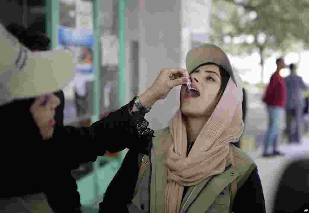 زن جوان در شهر صنعا در یمن، واکسن وبا دریافت میکند. جنگ داخلی در این کشور موجب افزایش بیماری ها از جمله وبا شده است.