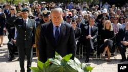 El primer ministro israelí, Benjamin Netanyahu, colocó una ofrenda floral durante una ceremonia con motivo del Día anual de Recordación del Holocausto, en el memorial Yad Vashem, en Jerusalén, el lunes, 24 de abril de 2017.