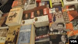 明鏡攤位上的中國政治書 (美國之音申華拍攝)