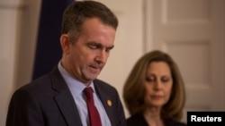 维吉尼亚州州长拉尔夫·诺瑟姆在妻子帕梅拉·诺瑟姆的陪同下在的新闻发布会上发表讲话。(2019年2月2日)