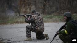 乌克兰志愿军人在顿涅茨克城附近的一个村里练习射击