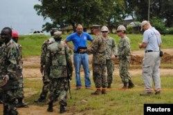美军和利比里亚军人在利比里亚首都调查埃博拉疫情
