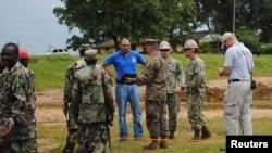 Des militaires libériens et américains à Monrovia début octobre (Reuters)