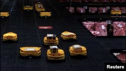 Robots sort parcels at the Hellenic Post's sorting centre in Kryoneri, Greece, October 4, 2021. Picture taken October 4, 2021. (REUTERS/Alkis Konstantinidis)