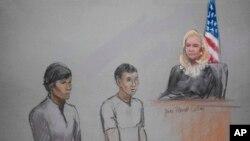 Bức phác họa 2 bị can Dias Kadyrbayev (trái) and Azamat Tazhayakov trước tòa án 1/5/13