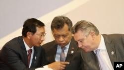 柬埔寨副首相兼商务部长赞比塞(左)4月1日在金边与欧盟贸易专员古赫特(右)交谈,东盟秘书长素林在倾听