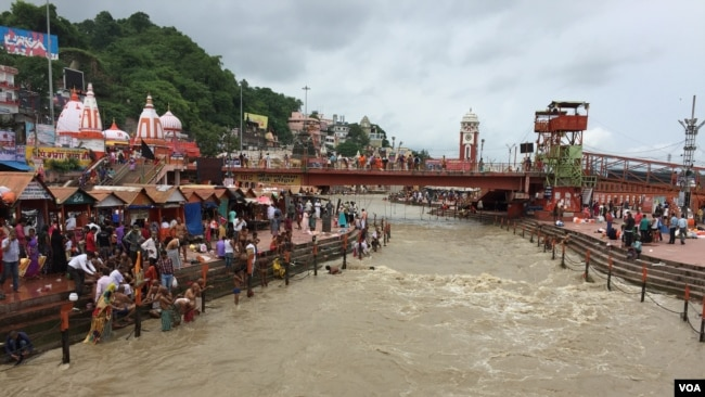 Hundreds of Hindus take a ritual dip in the Ganges at Haridwar believing it absolves a lifetime of sins. (A. Pasricha/VOA)