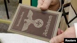Un passeport nazi, relique de la seconde guerre mondiale, à Auschwitz Birkenau, le 27 janvier 2015.