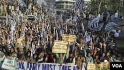 Warga Pakistan melakukan protes anti NATO pasca insiden serangan NATO yang menewaskan 24 tentara Pakistan (foto: dok).