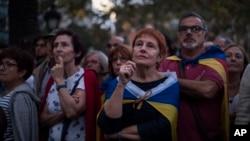 10일 스페인 바르셀로나에서 열린 카탈루냐 분리독립 지지 집회 참가자들이 야외에 설치된 대형 스크린으로 카를레스 푸지데몬 자치정부 수반의 의회 연설을 지켜보고 있다.