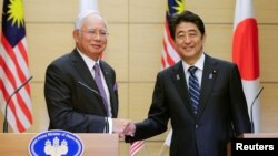 16일 아베 신조 일본 총리(오른쪽)와 나집 라작 말레이시아 총리가 도쿄 총리관저에서 공동 기자회견을 가졌다.