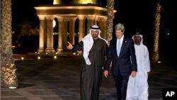 El emir Mohamed bin Zayed Al Nahyan camina junto al secretario de Estado, John Kerry, durante la visita de este último a Abu Dhabi, la capital de los EAU.