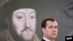 Medvedev, Prag'da, Çar Mikhail ile ilgili bir serginin açılış töreninde
