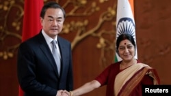 Ngoại trưởng Trung Quốc Vương Nghị bắt tay với người đồng cấp Ấn Độ Sushma Swaraj tại cuộc họp ở New Delhi, ngày 8/6/2014.