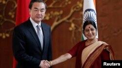 왕이 중국 외교부장이 8일, 수시마 스와라지 인도 외무장관과 회담에 앞서 악수하고 있다.