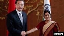 인도를 방문한 왕이 중국 외교부장(왼쪽)이 수시마 스와자리 인도 외무장관과 8일 회담했다.