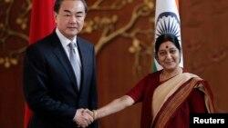 တ႐ုတ္ႏိုင္ငံျခားေရးဝန္ႀကီး Wang Yi (ဝဲ) နဲ႔ အိႏၵိယႏုိင္ငံျခားေရးဝန္ႀကီး Sushma Swaraj (ဂၽြန္ ၈၊ ၂၀၁၄)