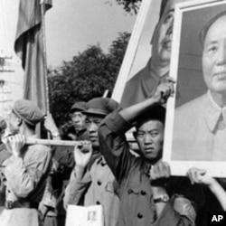 文革期间北京的街头游行。在缅甸这样高举毛主席像上街引起当地民众反感。