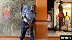 ကင္ညာႏုိင္ငံ၊ ႏိုင္႐ိုဘီၿမိဳ႕ေတာ္က ေသနတ္သမားေတြ စီးနင္းထားတဲ့ Westgate ကုန္တိုက္အတြင္းက ပိတ္မိေနတဲ့ ေစ်းဝယ္သူေတြကို ကယ္ထုတ္ဖို႔ ႀကိဳးစားေနတဲ့ ရဲအရာရွိတစ္ဦး။ (စက္တင္ဘာ ၂၁၊ ၂၀၁၃။)
