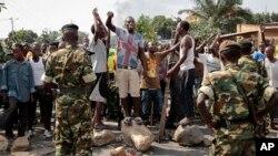 Milulu ya oposition liboso ya mampinga na district ya Mutarakura na Bujumbura, Burundi, 27 mai 2015.