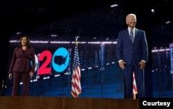 Senator AS Kamala Harris bergabung di atas panggung oleh pasangannya, calon presiden dari Partai Demokrat AS Joe Biden, setelah dia menerima nominasi wakil presiden dari Partai Demokrat dalam pidato penerimaan yang disampaikan. (Foto: Courtesy)