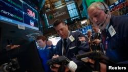 Los corredores de acciones estuvieron bajo fuerte presión el lunes en la Bolsa de Nueva York.