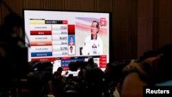 Reporter menanti pengumuman hasil pemilu di Bangkok, Thailand, 24 Maret 2019.