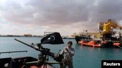 شورشیان مسلح لیبی کنترل نفت کشور را در برخی مناطق خودمختار در دست دارند - عکس از آرشیو