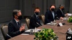Menlu AS Antony Blinken, mengenakan masker, berbicara kepada Menlu Korsel Chung Eui-yong dalam pembicaraan bilateral di sela-sela pertemuan para Menlu G-7, di Grosvenor House Hotel, London, 3 Mei 2021. (Ben Stansall/Pool via AP).