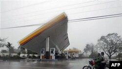 1 trạm xăng bị lật đổ bởi bão Megi tại Cauayan, Philippines, 18/10/2010