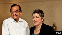 Mendagri India P Chidambaram (kiri) berjabat tangan dengan Menteri Keamanan Dalam Negeri AS Janet Napolitano, di New Delhi (27/5).