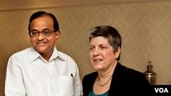 Mendagri India P Chidambaram berjabat tangan dengan Menteri Keamanan Dalam Negeri AS, Janet Napolitano di New Delhi (27/5).