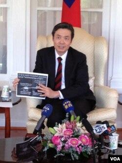 """台湾驻美代表金溥聪出示台湾渔船""""广大兴28号""""与菲律宾公务船对照图。(美国之音黄耀毅)"""