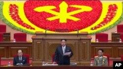 6일 평양 4·25문화회관에서 개막한 제7차 노동당 대회에서 김정은 북한 국방위원회 제1위원장(가운데)이 개회사를 하고 있다.