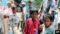 Trẻ em Rohingya từ các tàu thuyền bị trôi dạt vào bờ chờ đợi để được sơ tán đến nơi trú ẩn tạm thời tại Seunuddon, tỉnh Aceh, Indonesia, ngày 10/5/2015.