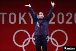 東京奧運會領獎台上台灣女子59公斤舉重選手郭婞淳獲金牌。 (2021年7月27日)