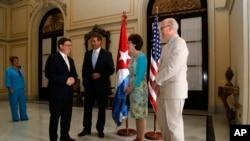 El canciller cubano, Bruno Rodríguez Parrilla (izquierda) recibe a los senadores estadounidenses (de izquierda a derecha) Jeff Flake, Susan Collins y Pat Roberts.