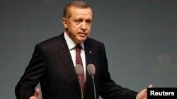 Turkiya bosh vaziri Rajab Toyip Erdog'an Al-Qoidaga aloqador guruhlarni Suriyada oddiy fuqarolar o'limida ayblar ekan, tashqi ishlar vaziri Ahmat Dovuto'g'li ham shu kabi keskin fikrlar bildirgan.