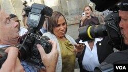 Nafissatou Diallo (tengah), pelayan hotel New York yang mengaku diperkosa Dominique Strauss-Kahn saat meninggalkan pengadilan di Manhattan (27/7).