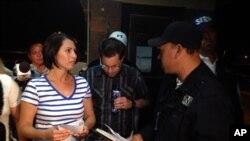 Yanira Maldonado, 42 (kiri) didampingi suaminya, Gary (tengah) berbicara dengan seorang petugas setelah dibebaskan dari penjara dekat Nogales, Meksiko (30/5).