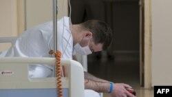 Seorang tenaga medis beristirahat di departemen darurat Rumah Sakit Louis Pasteur di Colmar, Perancis timur, pada 26 Maret 2020. (Foto: AFP/Sebastien Bozon)