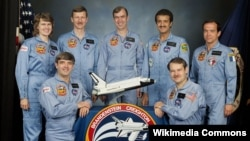 "Pangeran Sultan bin Salman (belakang: kedua dari kanan) menjadi warga Arab dan Muslim pertama yang terbang ke antariksa dengan pesawat ulang alik NASA ""Discovery"" tahun 1985 (foto: dok)."