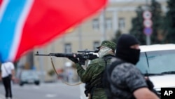 13일 우크라이나 동부 도네츠크에서 친-러시아계 군인이 경계근무를 서고 있다.