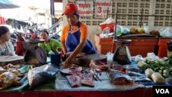 អ្នកលក់ត្រីម្នាក់ក្នុងផ្សារក្រុង Chiang Khan ប្រទេសថៃ កំពុងធ្វើត្រីស្រស់នៃទន្លេមេគង្គកាលពីថ្ងៃទី ២៥ កក្កដា ២០១៦។(នៅ វណ្ណរិន/VOA Khmer)