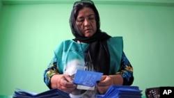 Giới chức bầu cử kiểm phiếu cho cuộc bầu cử tổng thống vòng nhì.