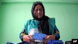 Để chuẩn bị cho việc kiểm tra, hơn 8 triệu phiếu từ các nơi trong nước đã được chuyển đến Kabul.